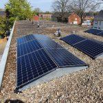 Kunnen zonnepanelen op een plat dak?